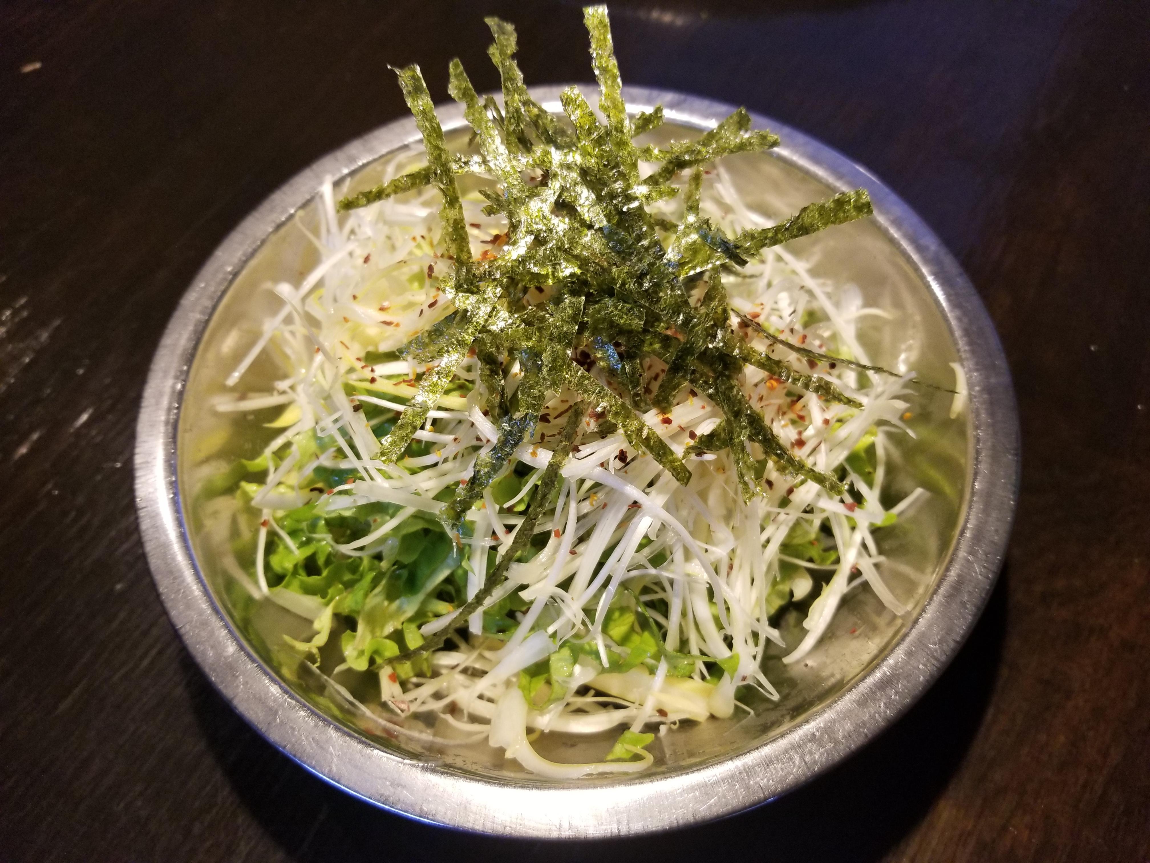 銀の器に入ったネギサラダ