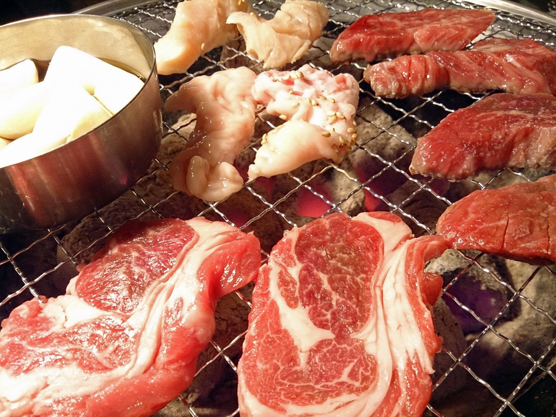 網の上で焼かれている赤身肉やホルモン