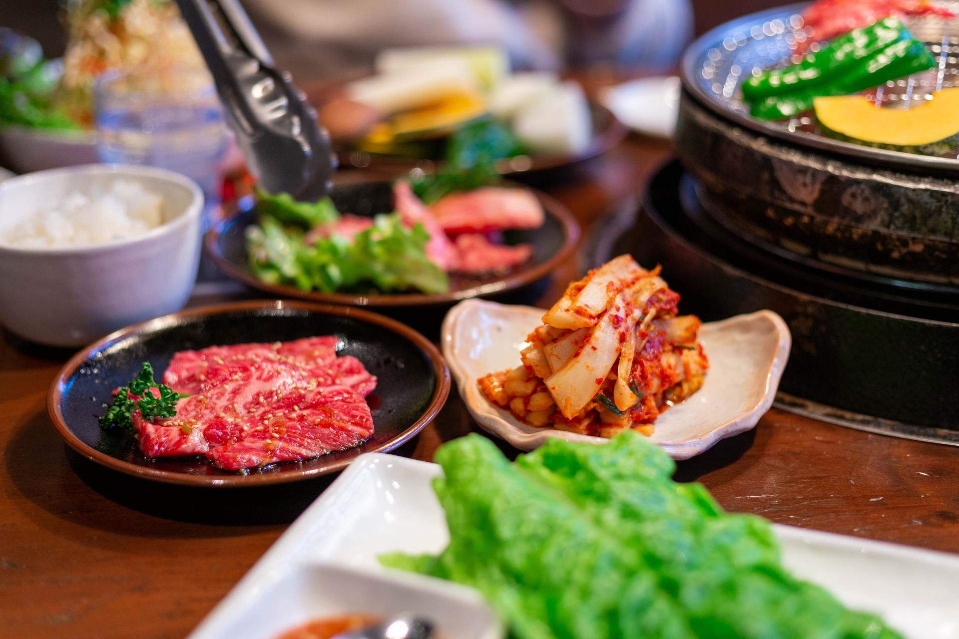 キムチやサンチュ赤身肉などの小皿
